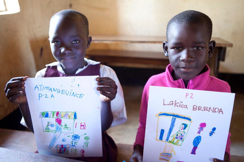 Pohjoisugandalaisen Lacekocotin koulun kakkosluokan tytöt piirsivät toiveidensa mukaisen vessan UniWASH-hankkeen työpajassa. © UNICEF/Uganda 2015/Suihkonen