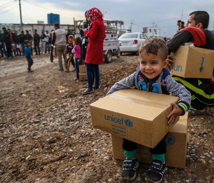 Syyriasta Irakin Erbiliin paennut Rafi, 3, on saanut UNICEFilta lämpimät talvivaatteet. © UNICEF/UN042749/Khuzaie