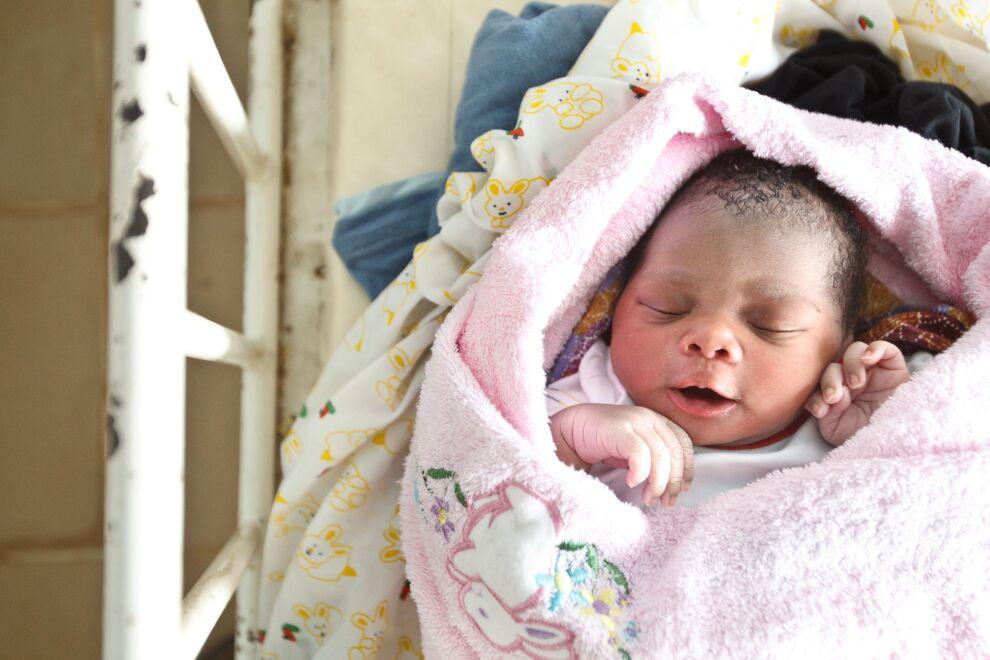 Lapsikuolleisuus on puolittunut vuodesta 1990. Edelleen lasten yleisimmät kuolinsyitä ovat keuhkokuume, ripuli ja malaria.