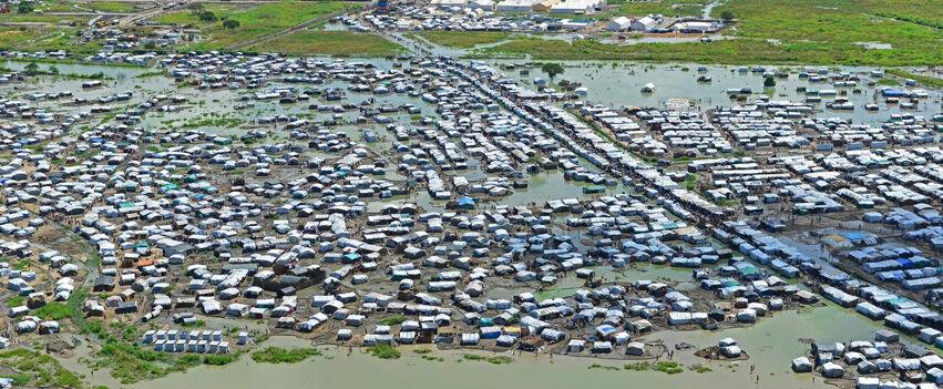 Sadekausi pahensi Etelä-Sudanin pakolaisten tilannetta entisestään. Maan kriisi jatkuu yhä joulukuussa 2014.
