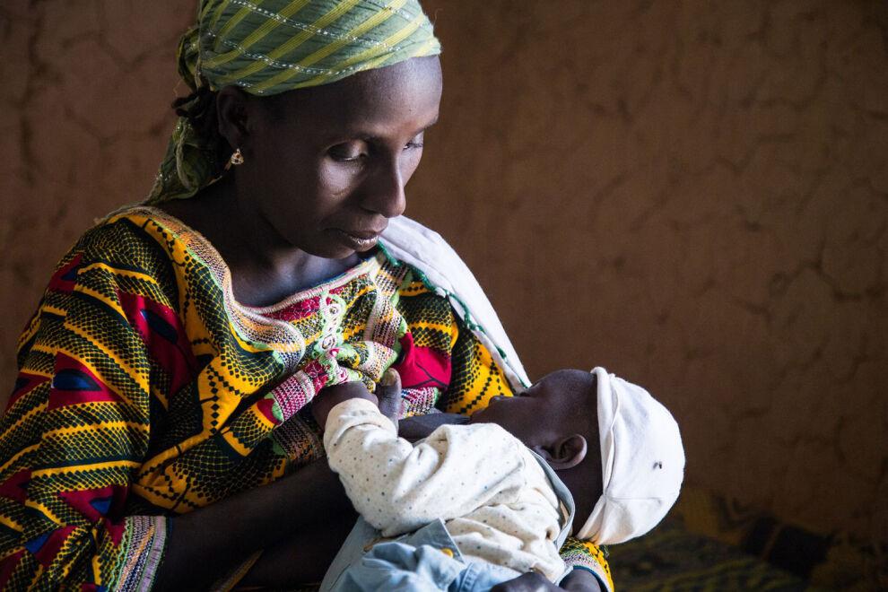 Nigeriläinen Amina Garba imettää kuopustaan. © UNICEF/UN07288/Tremeau