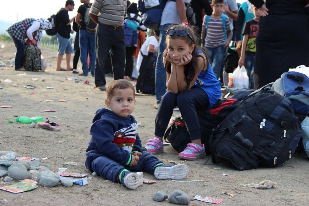12-vuotias Rimsa ja 1,5-vuotias Ibrahim odottavat matkan jatkumista Makedoniassa. Lapset pakenivat vanhempiensa ja kahden sisaruksensa kanssa Syyrian Tartusista kaksi viikkoa aiemmin. © UNICEF/Tidey