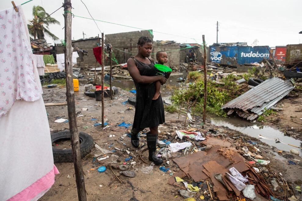 Mosambikilainen Cecilia Borges kantaa lastaan Fernandino Armindoa hirmumyrsky Idain tuhoamassa Beiran rannikkokaupungissa 20. maaliskuuta. © UNICEF/UN0290284/de Wet AFP-Services