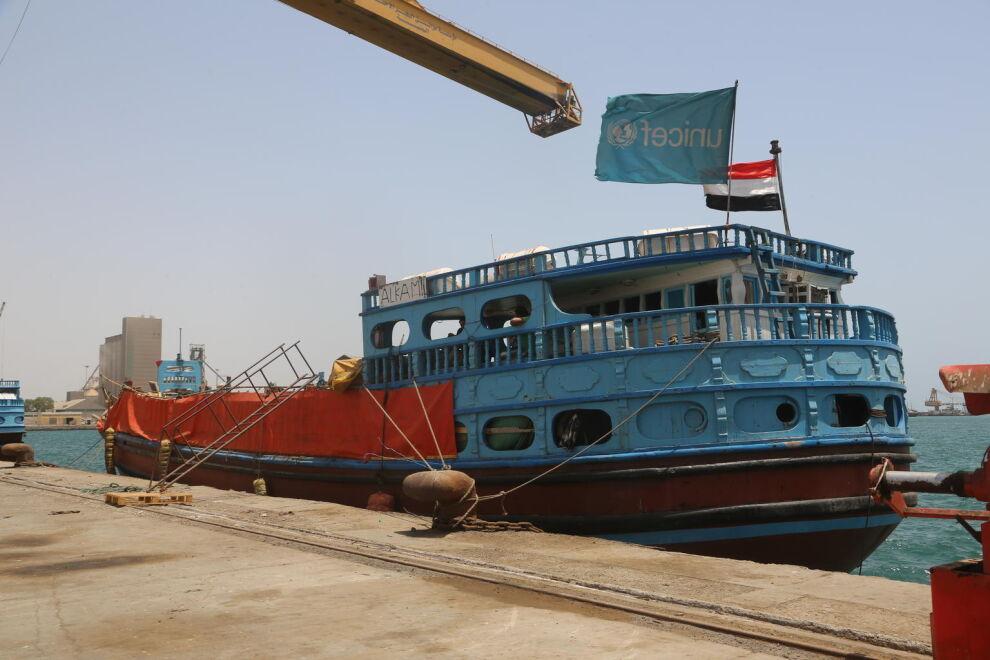 Paikallinen dhow-alus toi UNICEFin tarvikkeita Hodeidan satamaan läntisessä Jemenissä kesäkuussa 2018. Lastina oli muun muassa antibiootteja ja muita lääkkeitä sekä maapähkinätahnaa pienten lasten aliravitsemuksen hoitoon. © UNICEF/UN0216980/Ayyashi
