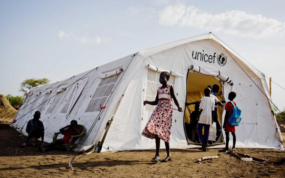 Lapset ovat voineet jatkaa koulunkäyntiä UNICEFin toimittamissa telttakouluissa Mingkamanin kaupungissa Etelä-Sudanissa.