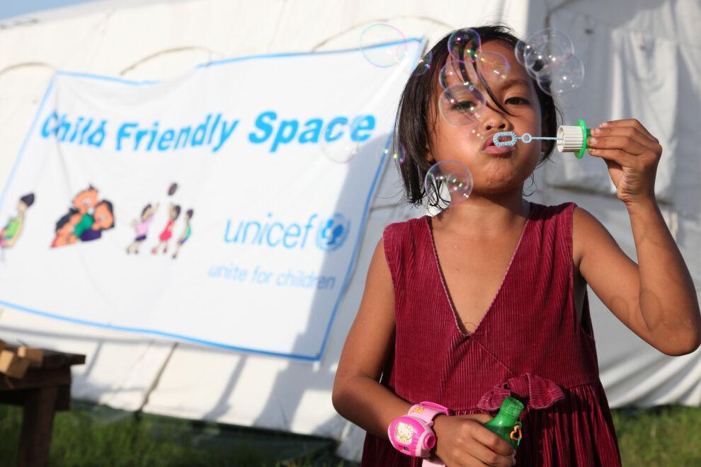 Taifuuni Haiyan aiheutti laajaa tuhoa Filippiineillä marraskuussa 2013. UNICEF toimitti paikalle muun hätäavun joukossa telttoja lapsiystävällisiksi tiloiksi ja leluja lapsille.