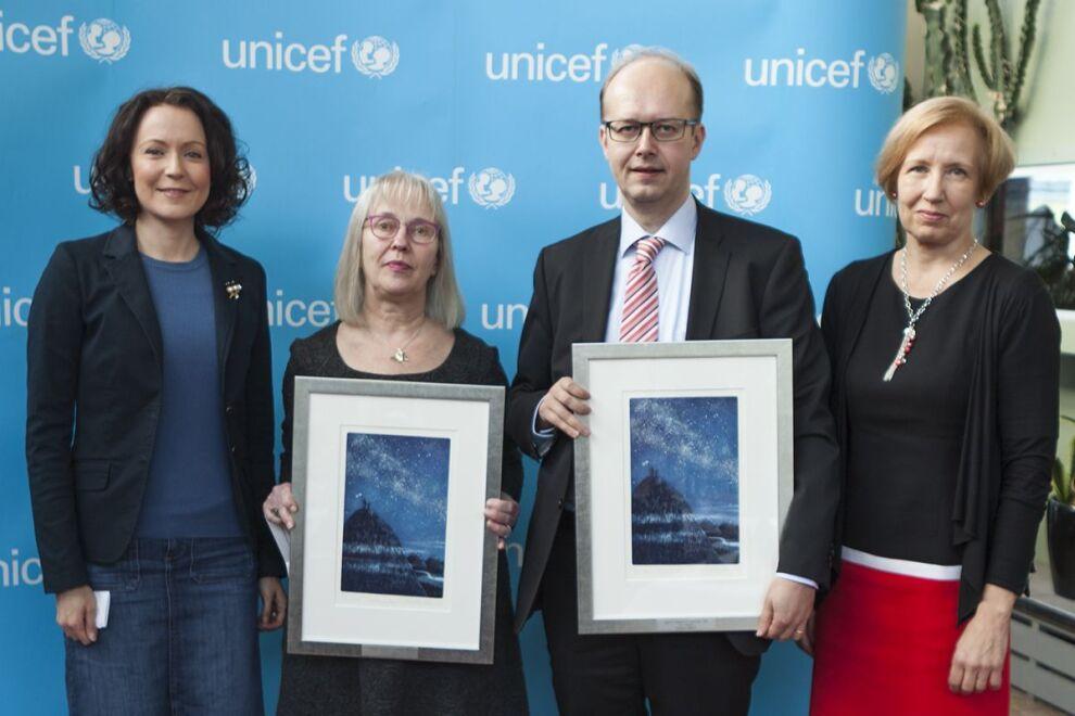 Suomen UNICEFin suojelija, rouva Jenni Haukio (vasemmalla) luovutti Lapsen oikeuksien vaikuttaja 2015 -tunnustuksen Minna Salmelle ja Esa Iivoselle. Onnittelemassa myös Suomen UNICEFin pääsihteeri Marja-Riitta Ketola.  © UNICEF/Suomi 2015/Käyhkö