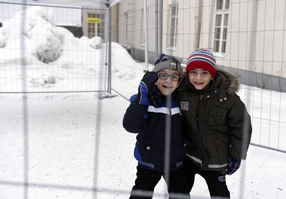 Palestiinasta kotoisin oleva Hamza (vasemmalla) ja syyrialainen Rony leikkivät aidatulla tupakkapaikalla turvapaikanhakijoiden järjestelykeskuksessa Torniossa tammikuussa 2016. © Lehtikuva/Jussi Nukari