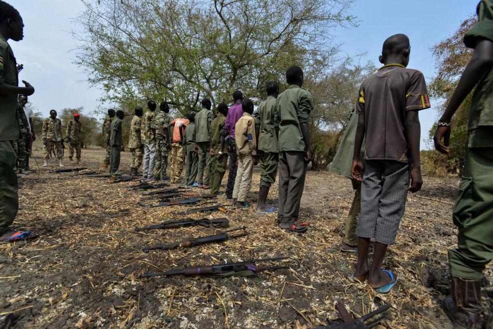 Aseelliset ryhmät käyttävät lapsia paitsi sotilaina myös esimerkiksi viestinviejinä, huolto- ja vartiointitehtävissä, palvelijoina tai seksiorjina. © UNICEF