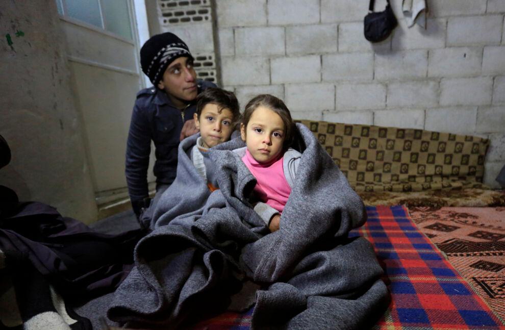 15-vuotias Ashraf asuu sisarustensa, äitinsä, tätinsä ja isoisänsä kanssa keskeneräisessä rakennuksessa Homsin kaupungissa. UNICEF toimitti perheelle talvivarusteita. © UNICEF/UN06840/Sanadiki