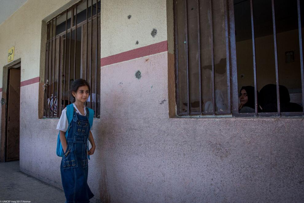 Sotiminen on riistänyt miljoonilta lapsilta mahdollisuuden käydä koulua Irakissa ja Syyriassa. Kuvan koulu on avattu uudelleen UNICEFin tuella Mosulin kaupungissa Irakissa. © UNICEF/UN070562/Anmar
