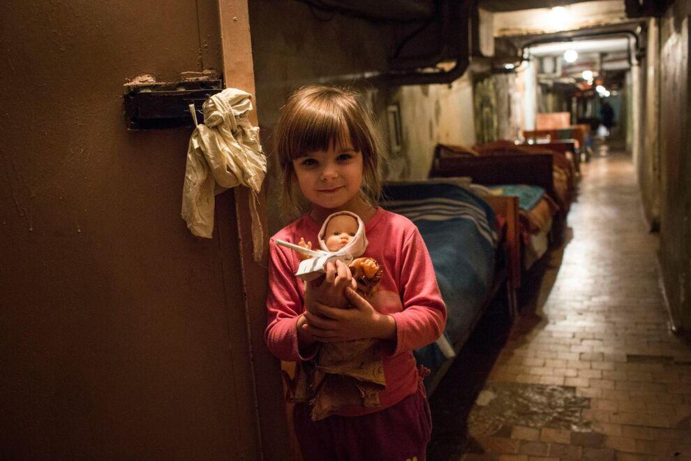 Anna (nimi muutettu) piileskelee sotaa nukkensa ja perheensä kanssa sairaalan kellarissa Donetskissa. © UNICEF/NYHQ2014-3504/Volpi