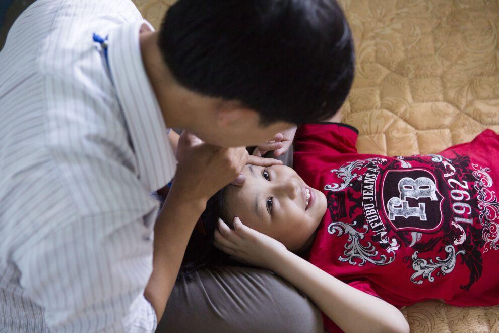 8-vuotias kuuro tyttö Tran Gia Bao leikkii opettajansa kanssa UNICEFin tukemassa erityiskoulussa Da Nanginssa, Vietnamissa. Kuva: © UNICEF/UNI141957/Macksey