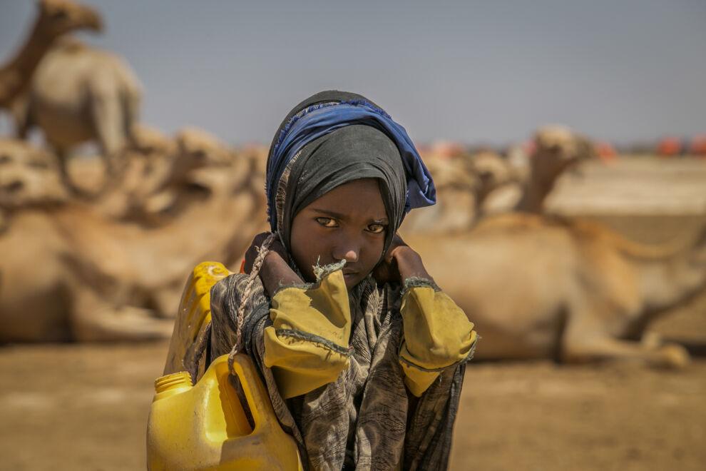 9-vuotias etiopialainen Sulem Hire kantaa kanisterissa vettä porakaivolta, joka sijaitsee neljän kilometrin päässä hänen kotoaan. Sulemin kotiseutu kärsii pahasta kuivuudesta. © UNICEF/UN052531/Ayene