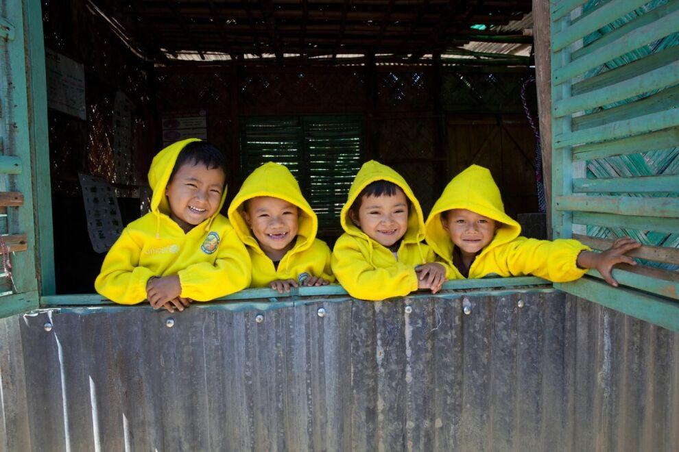 UNICEF tukemaa esikoulua käyvät lapset kurkistavat ikkunasta itäisessä Bangladeshissa.