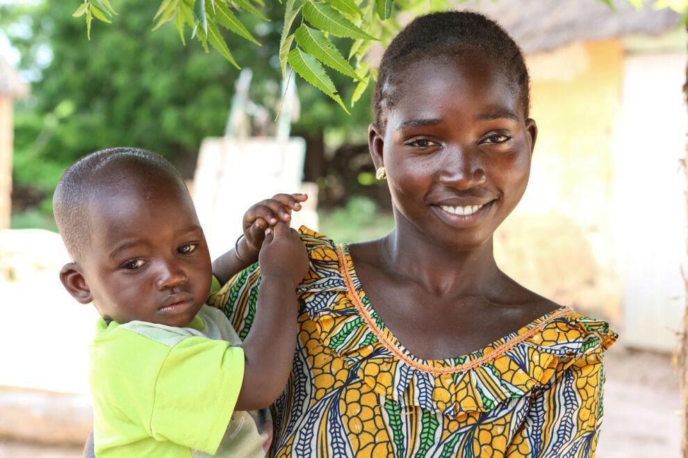 Rokote turvaa senegalilaisen Ami Seckin puolitoistavuotiaan Cheikh Aliou Cisse -pojan elämän. © UNICEF/UKLA2013-03743/Matas