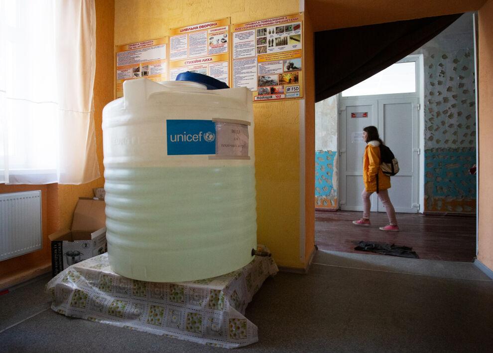 UNICEFin vesitankki varmistaa lasten vedensaannin katkojen aikana Novotoshkivsken koulussa itäisessä Ukrainassa.