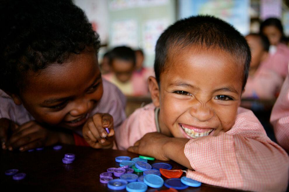 Lapsia UNICEFin tukemassa esikoulussa Soavinandrianan piirikunnassa Madagaskarilla. © UNICEF/NYHQ2009-1243/Pirozzi