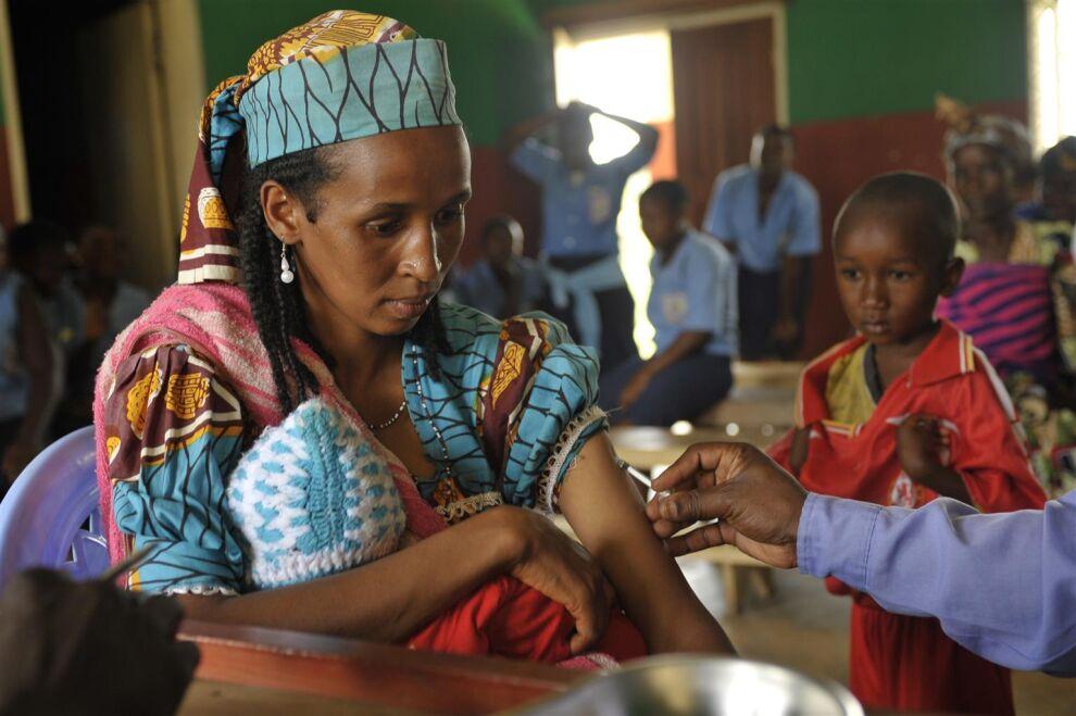 Salamatou-niminen nainen sai jäykkäkouristusrokotteen Bomen terveyskeskuksessa luoteis-Kamerunissa vuonna 2010. Nykyisin vauvojen ja äitien jäykkäkouristusta ei rokotusten ansiosta enää esiinny Kamerunissa. © UNICEF/UNI86584/Hearfield