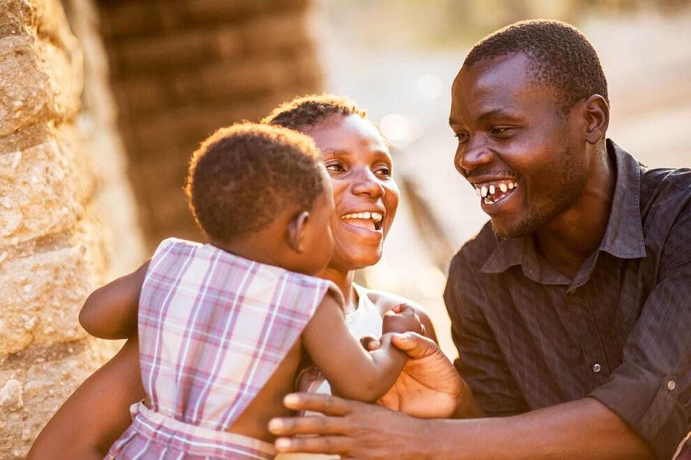 Mary ja Friday Mkuzi kävivät hiv-testeissä Maryn raskauden selvittyä. Nyt he ovat onnellinen ja terve kolmehenkinen perhe. Malawissa syntyy 40 000 hiv-positiivista lasta joka vuosi.
