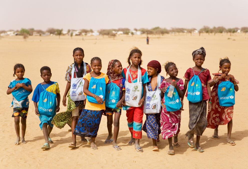 Malin väkivaltaisuuksia Abalan pakolaisleirille Nigeriin paenneet lapset matkalla UNICEFin rakennuttamaan kouluun. © UNICEF/NYHQ2013-0286/Harandane Dicko