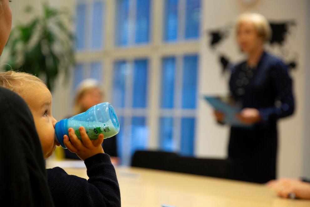 Eva Ahlströmin säätiö ja UNICEF allekirjoittivat sopimuksen kolmen vuoden tuesta Sambian lastensuojeluohjelmalle. Allekirjoitustilaisuuden puheita kuunteli myös kunniavieras. ©UNICEF/Suomi 2018/Numminen