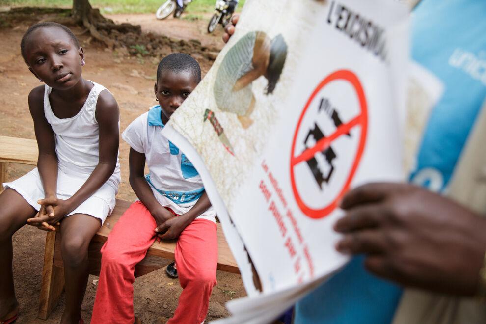 Tytöt osallistuvat naisten sukuelinten silvontaa käsittelevään kokoukseen Katiolan kaupungissa, Norsunluurannikolla. Kokouksen järjesti UNICEFin kumppanijärjestö. © UNICEF/UNI144402/Asselin