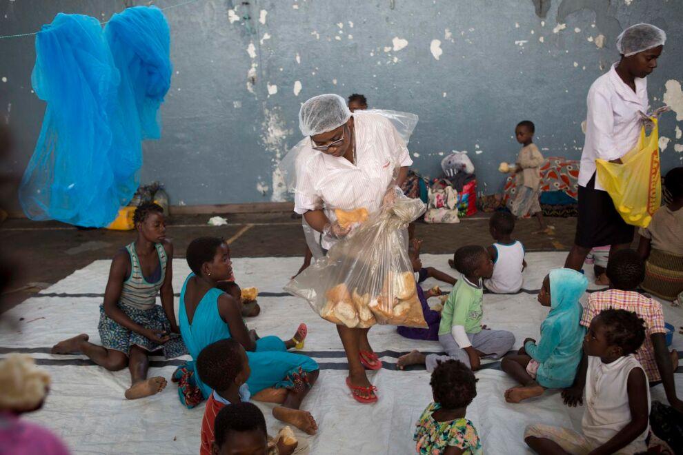 Lapsille jaetaan paikalliselta supermarketilta saatua ruokaa väestönsuojaksi muutetulla Samora Machelin koululla  Beiran kaupungissa. © UNICEF/UN0291813/Prinsloo