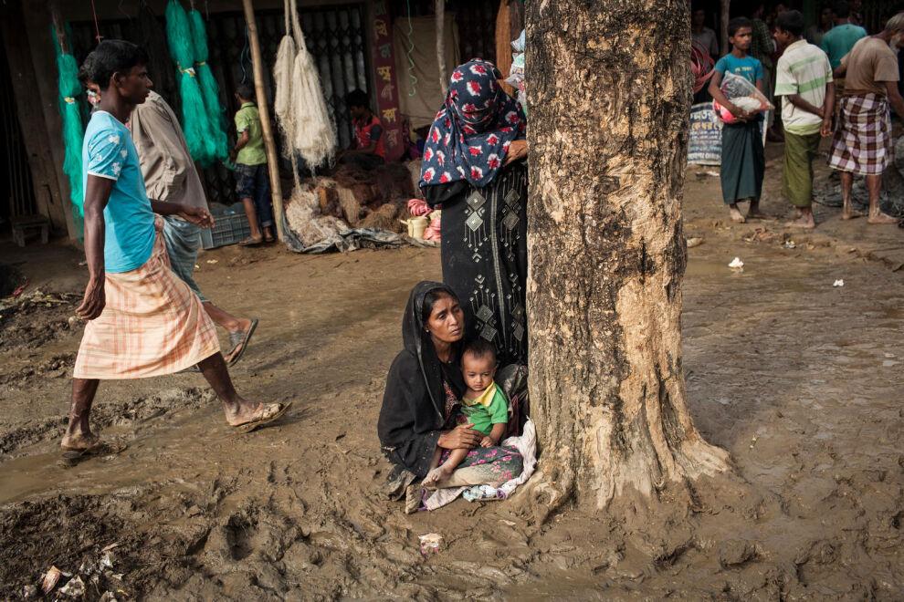 Nainen ja lapsi rohingya-vähemmistöön kuuluvien leirillä Cox's Bazarin kaupungissa Bangladeshissa. © UNICEF/UN0120425/Brown