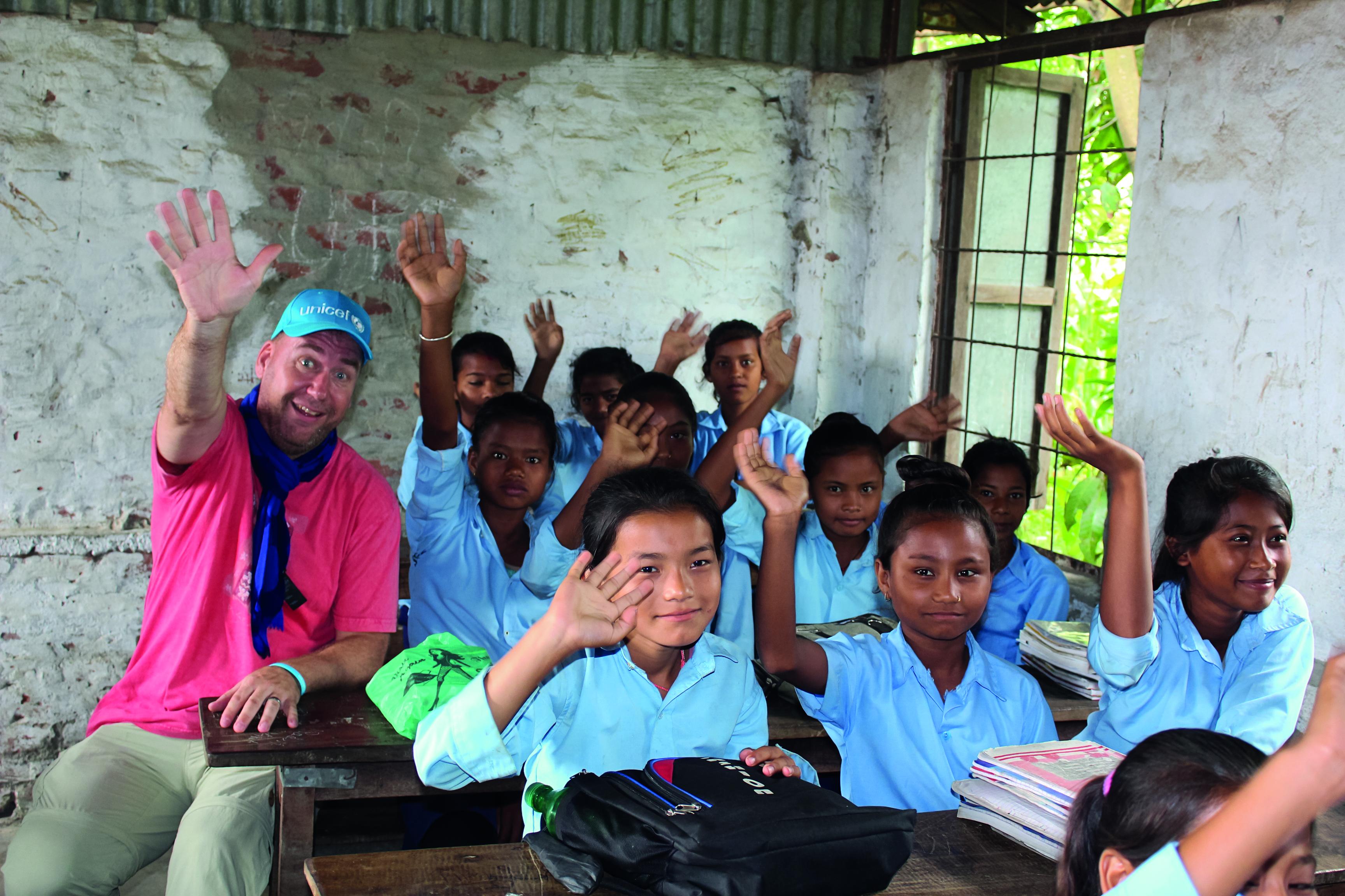 Pasi Joronen matkusti kesällä Nepaliin katsomaan, miten hänen tukemansa UNICEFin ohjelma lasten ja nuorten voimaannuttamiseksi edistyy. © UNICEF/Nepal 2018/Vesala