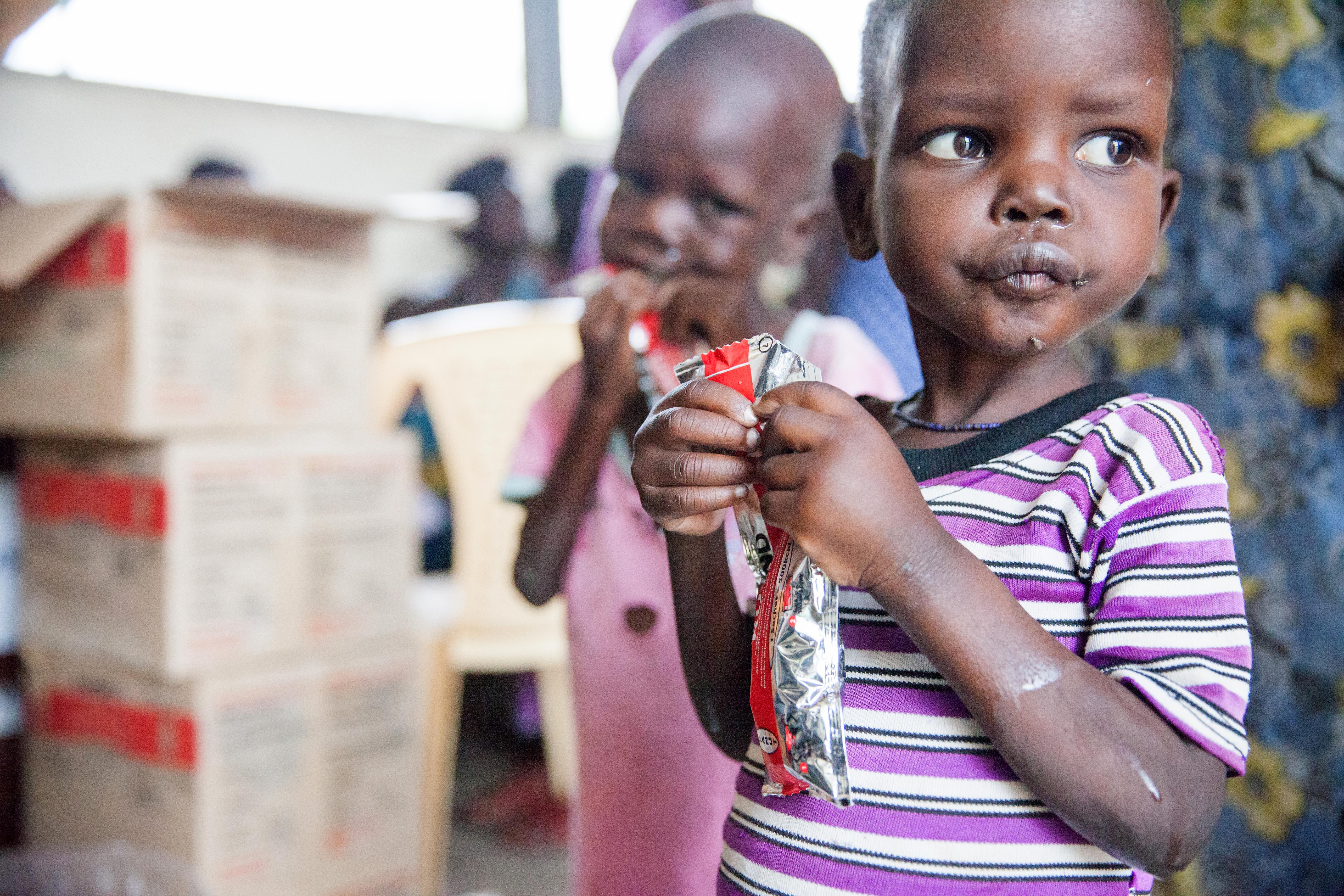Lapsi syö maapähkinätahnaa
