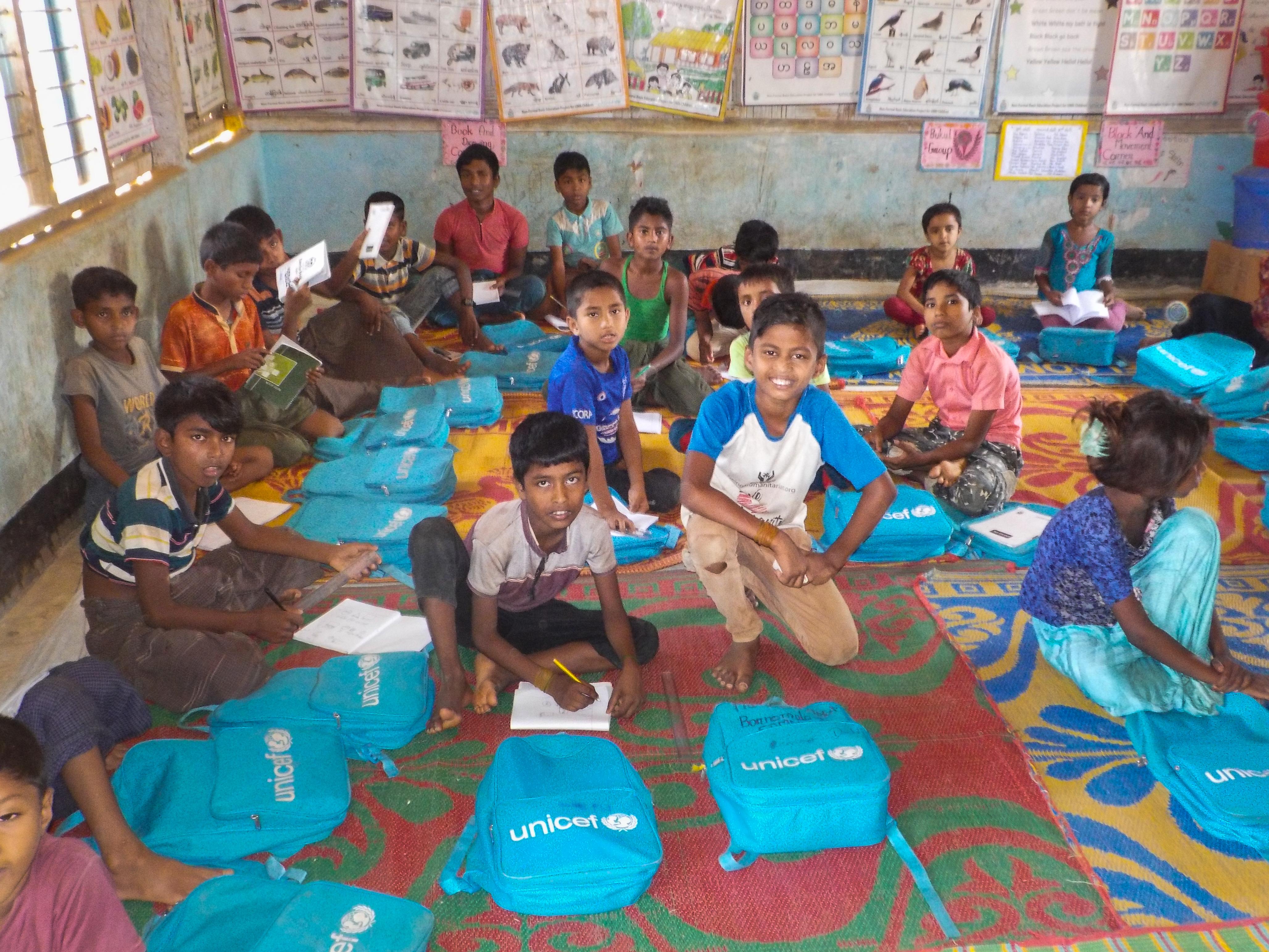 Oppilaita Kutupalongin pakolaisleirillä