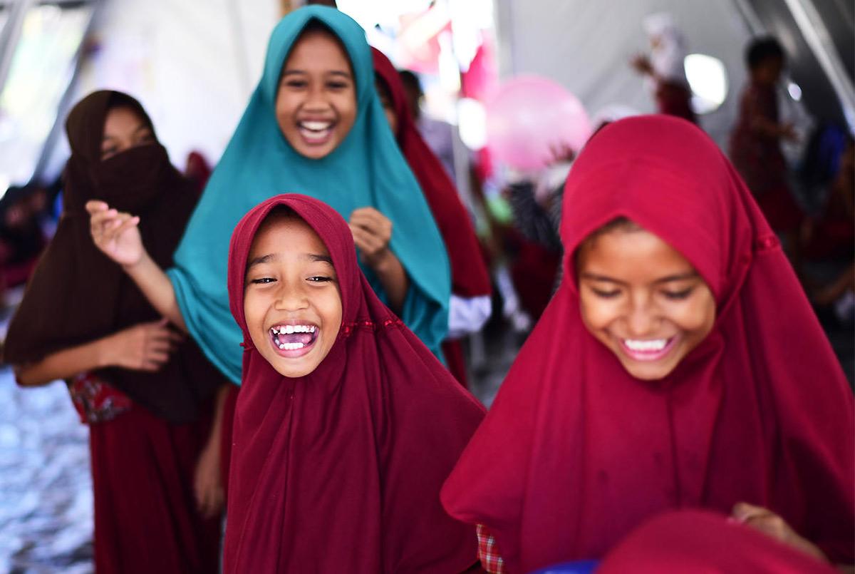 Kriisien jälkeen on tärkeää, että lapset pääsevät käsittelemään kokemiaan traumoja. UNICEFin tuella perustetussa väliaikaisessa koulussa Palun kaupungin lähellä Indonesiassa on meneillään traumanpurku-harjoitus. © UNICEF/UN0251797/Wilander