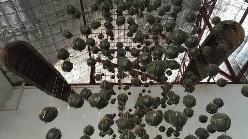 Museon katosta roikkuvat rypälepommit.