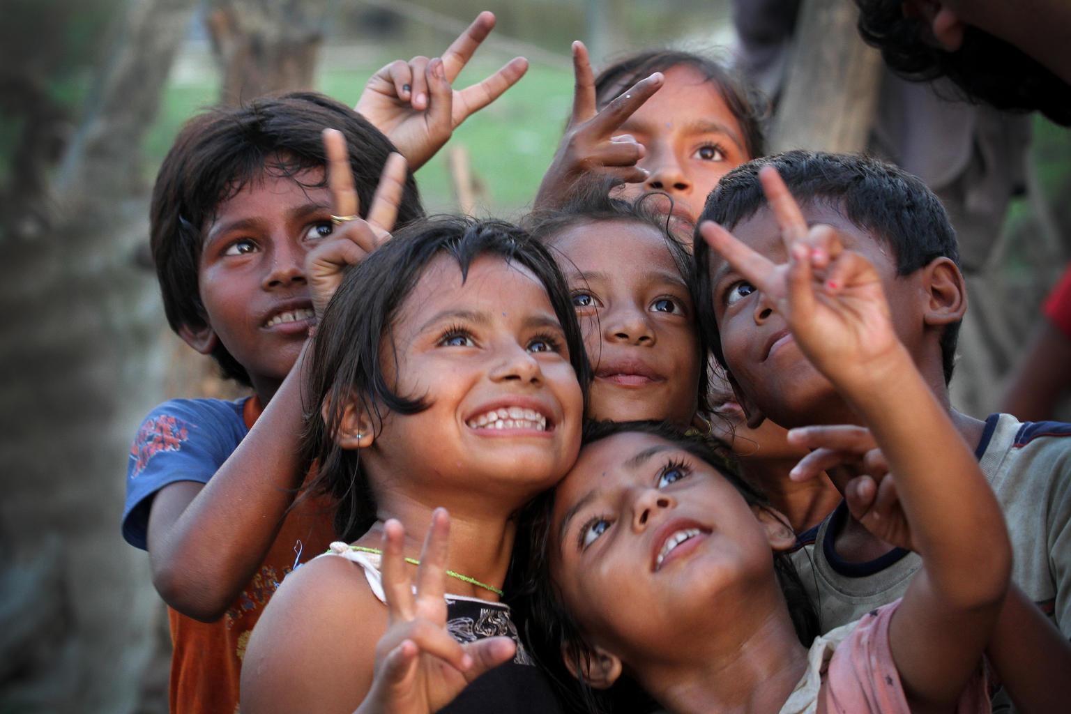 Nepalilaiset lapset hassuttelevat kameralle Etelä-Nepalin Chitwanin piirikunnassa. ©UNICEF/2017/Nepal/Kiran Panday
