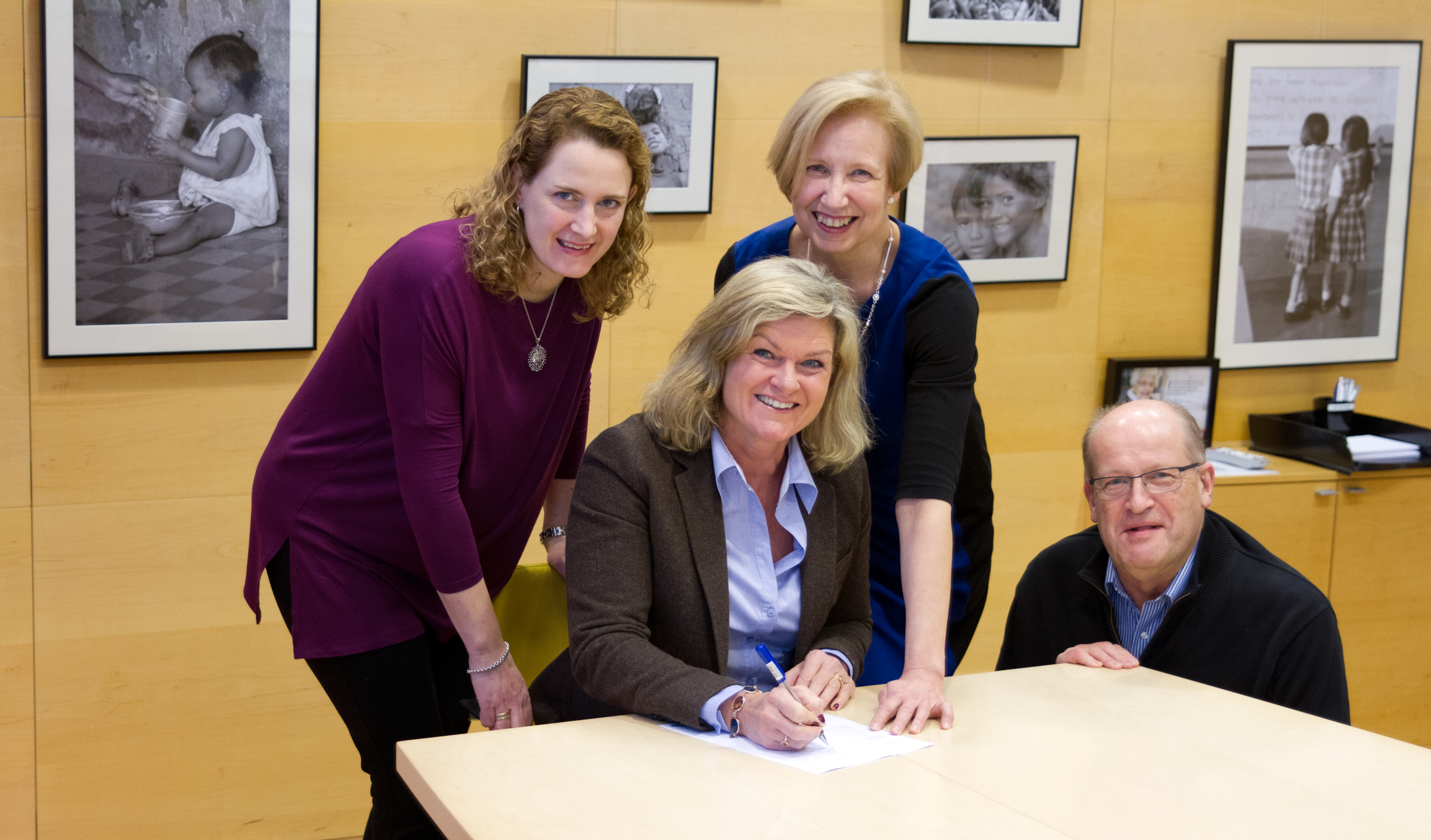 Pia Alsi, Maria Bondestam, Marja-Riitta Ketola ja Mikael Doktar allekirjoittivat lahjoitussopimuksen Suomen UNICEFin toimistolla.