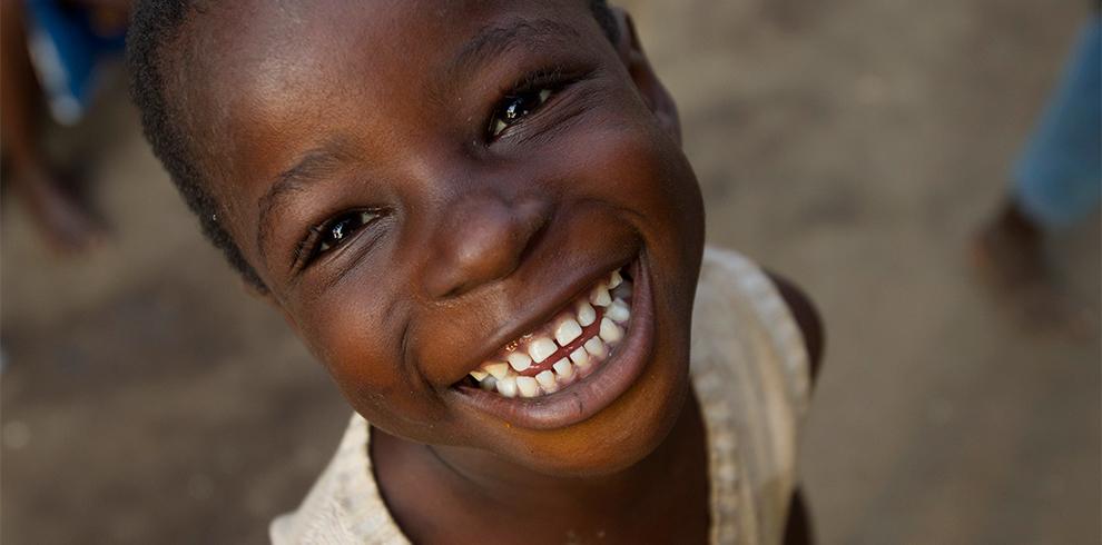 Hymyilevä nuori tyttö.