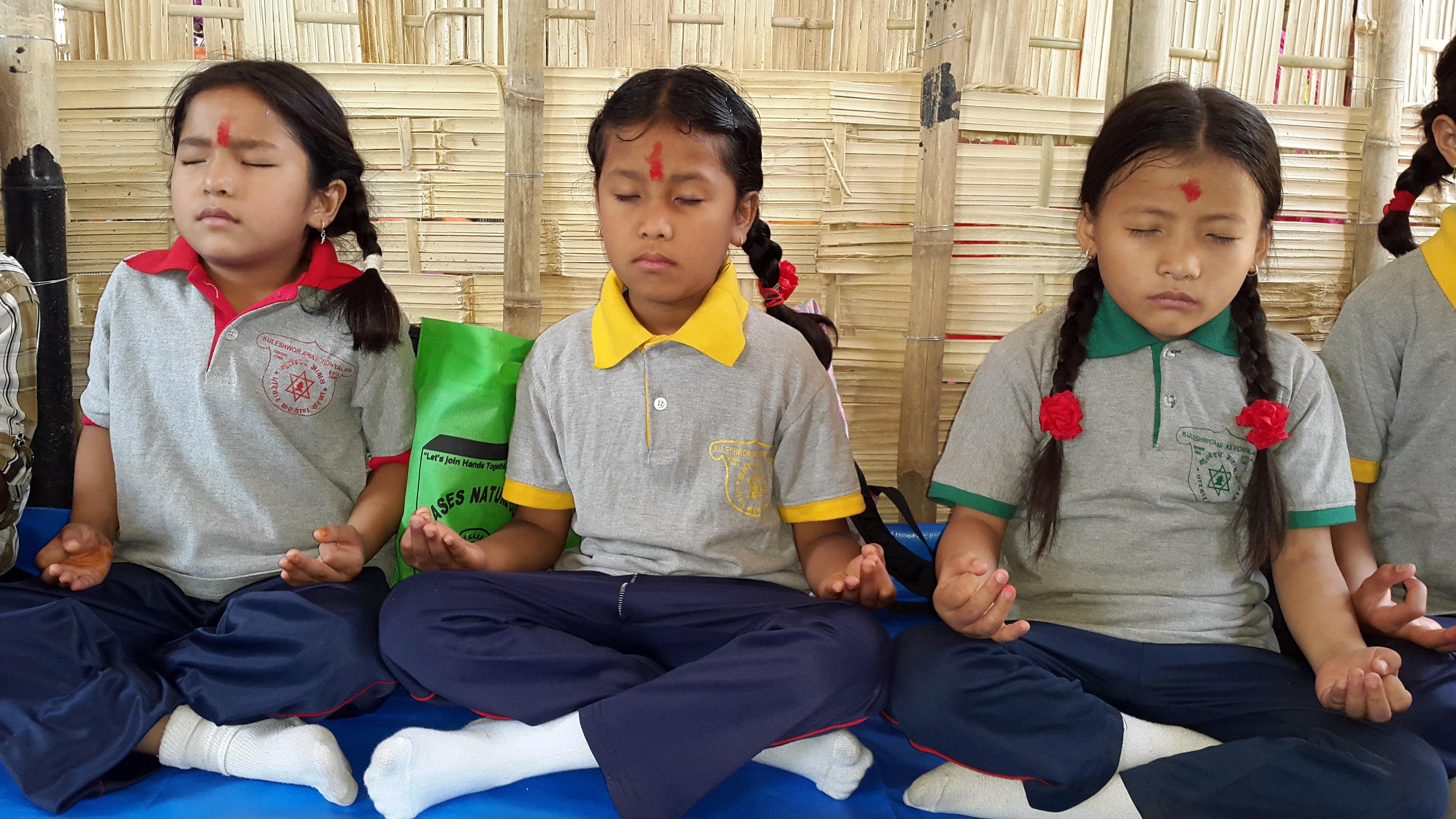 Pienet tytöt meditoivat.