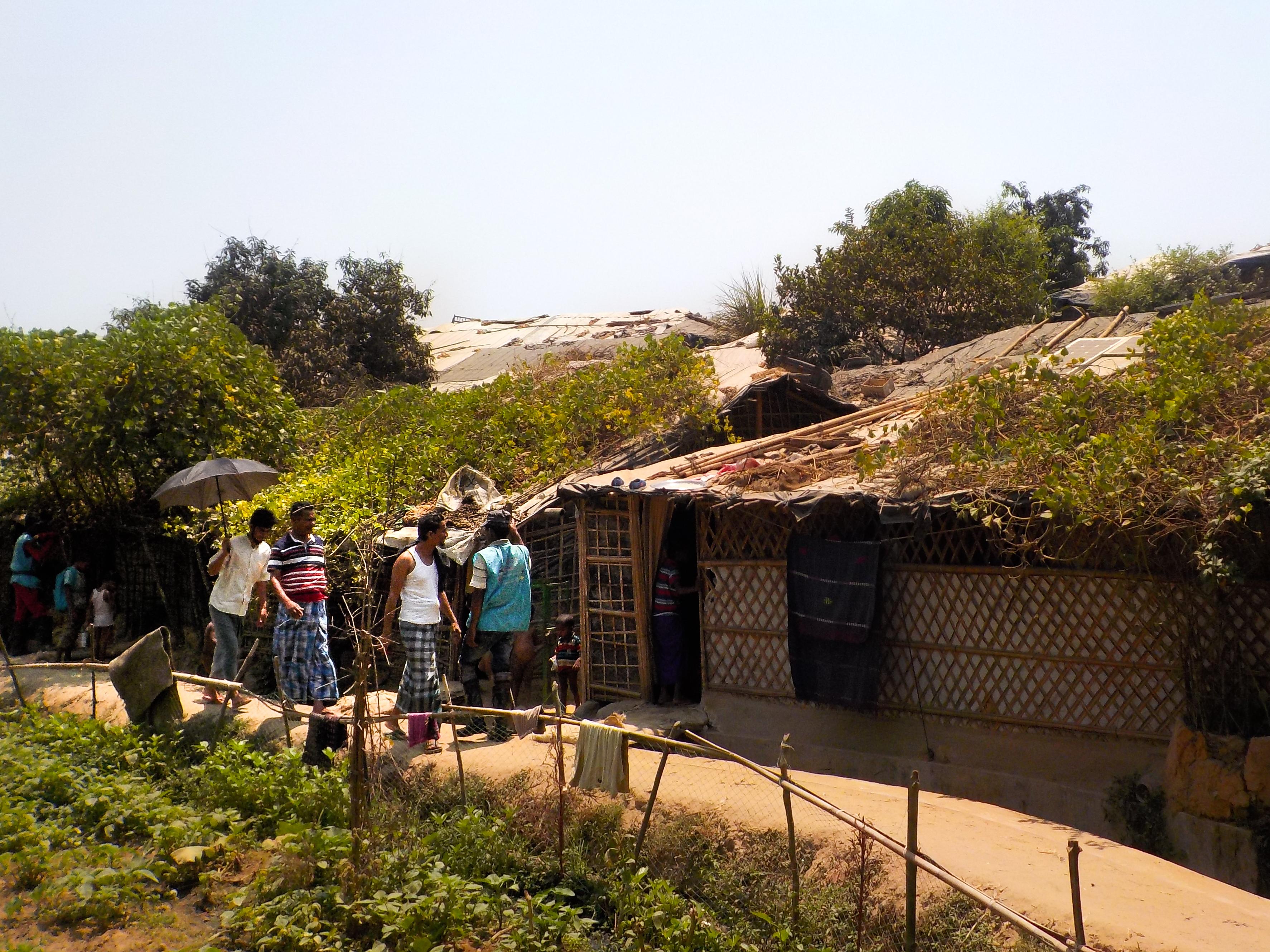 Ihmisiä kävelemässä Kutupalongin pakolaisleirillä