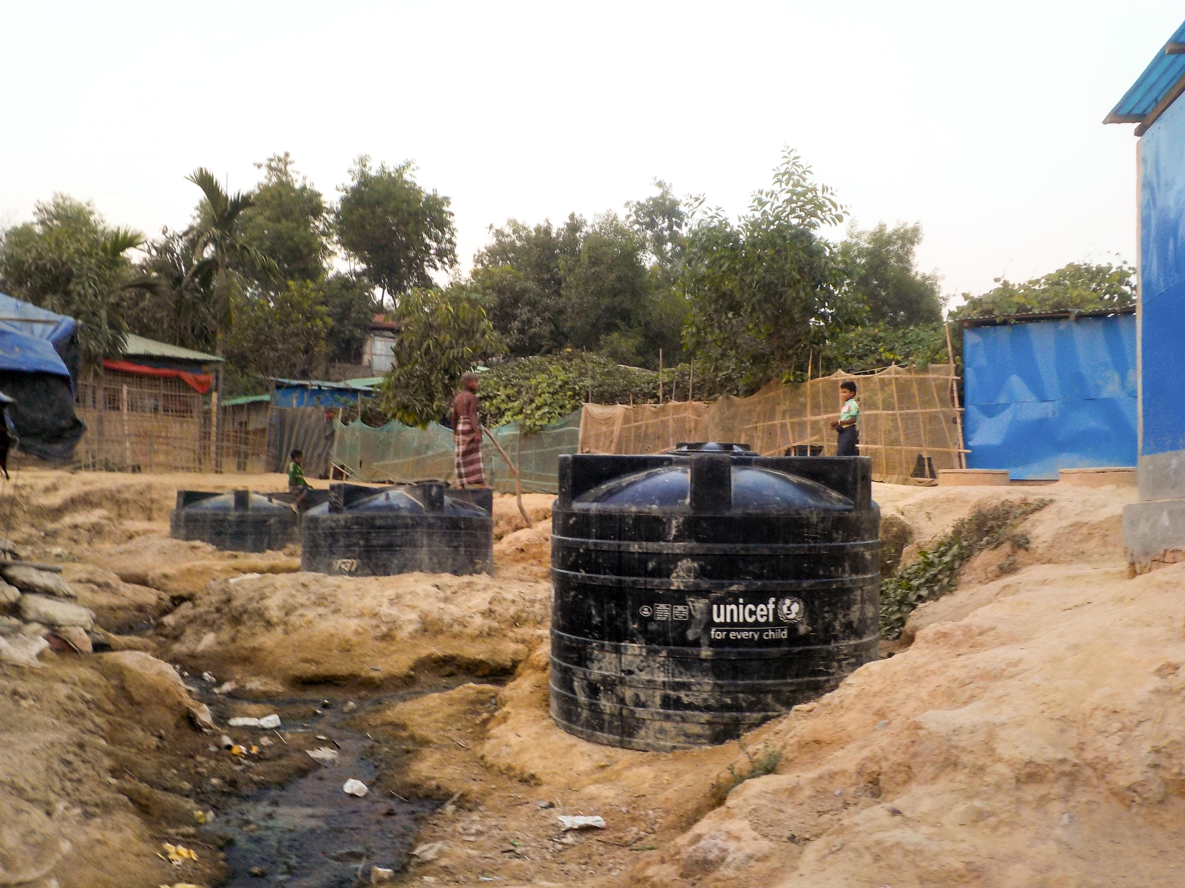 UNICEFin vesitankki Kutupalongin pakolaisleirillä