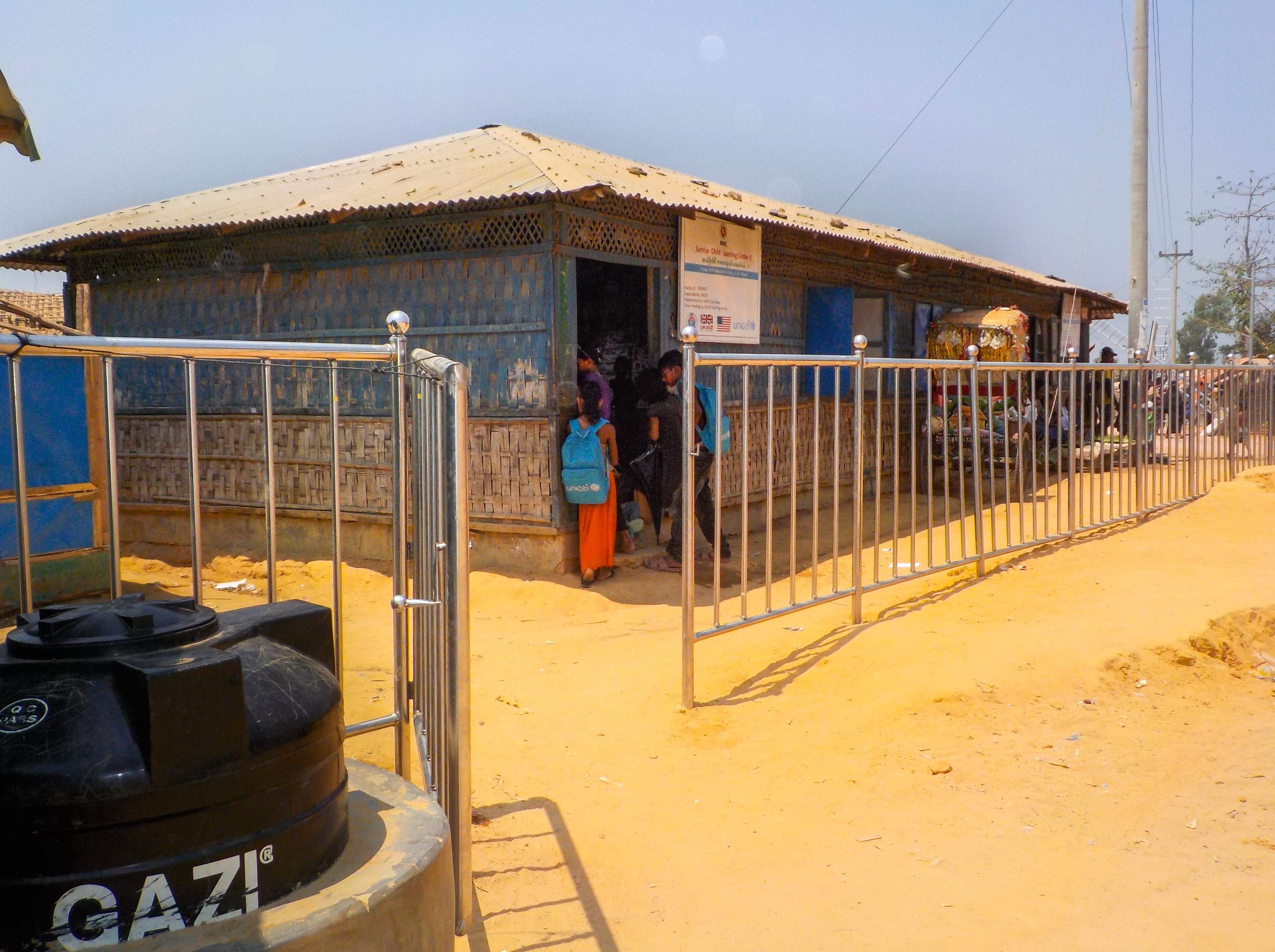 Koulurakennus Kutupalongin pakolaisleirillä