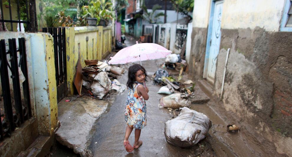 Pieni tyttö kävelee tulvan vaurioittamassa korttelissa Indonesian pääkaupungissa Jakartassa.