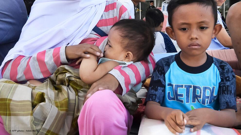 Lapset odottamassa evakuointia Palun lentokentän ulkopuolella Indonesiassa.