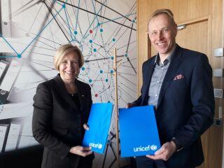 Suomen UNICEFin pääsihteeri Marja-Riitta Ketola ja Lindströmin toimitusjohtaja Juha Laurio iloisissa tunnelmissa. © Lindström/Saarinen