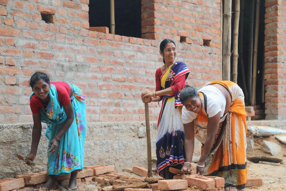 UNICEF kouluttaa naisia vessanrakentajiksi. Monissa osissa Intiaa tyttöjä on kielletty kuukautisten aikana esimerkiksi tapaamasta ystäviään, nukkumaan sängyssä, käymään koulua tai valmistamaan ruokaa. Avuksi keksittiin, ehkä hiukan yllättäenkin, vessanrakennuskurssit naisille.  Nyt 55000 naista on koulutettu vessanrakentajiksi. Suurin osa näistä naisista kuuluu syrjäisiin yhteisöihin. Nyt he saavat palkkaa rakentamalla vessoja ja pystyvät turvaamaan perheidensä toimeentulon. Uudella taloudellisella vapaudellaan he tukevat entistä paremmin seuraavan sukupolven tyttöjä. Osa koulutetuista naisista toimii myös tiedonjakajina kuukautishygieniasta ja auttaa purkamaan kuukautisiin liittyviä myyttejä. ©UNICEF India