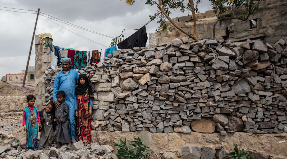 Yahyan vaimo Khaizaran kuoli synnytyksessä. Jemeniläinen isä on nyt kahdeksan lapsen yksinhuoltaja sotaa käyvässä maassa. © UNICEF/UN0318222/Alahmadi