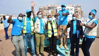 UNICEFin työntekijöitä lentokentällä rokotelastin edessä.