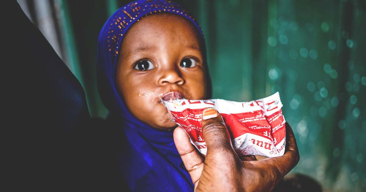 Vauva syö maapähkinätahnaa.