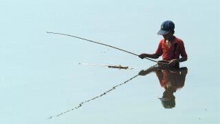 Poika kalastamassa keskellä järveä.