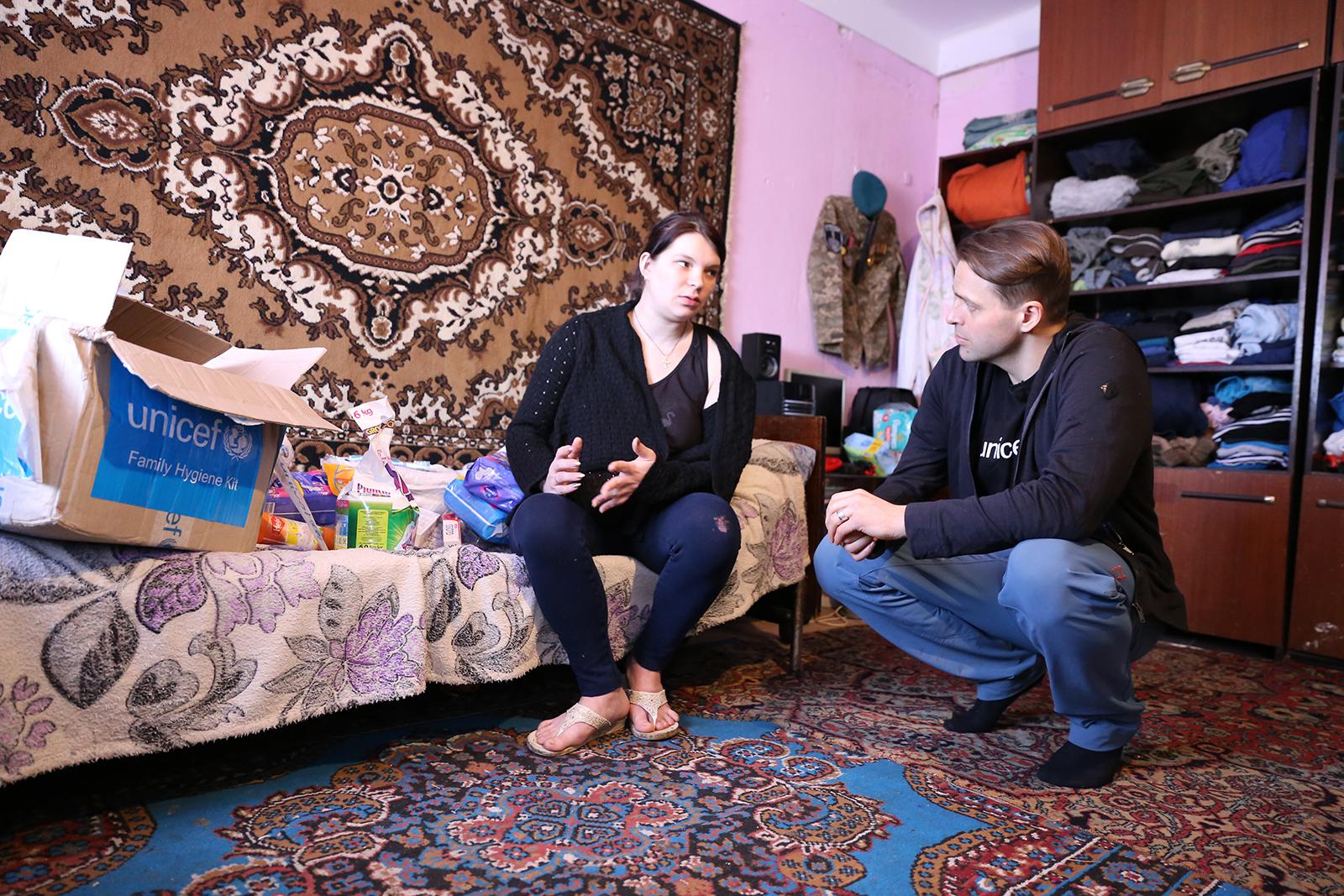 Yulia ja Kimmo Ohtonen tutustuvat UNICEFin apupaketin sisältöön.